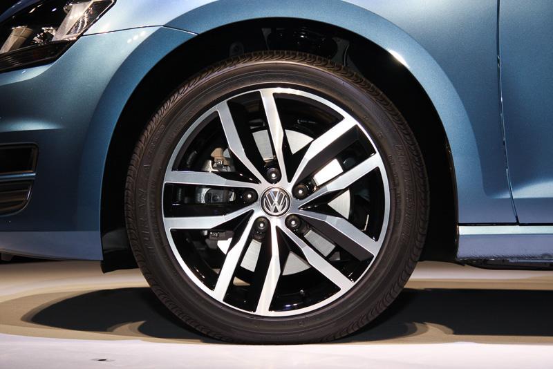 TSI ハイラインのDCCパッケージ車に装着される2トーンカラーの専用アルミホイール。タイヤサイズなどに変更はない