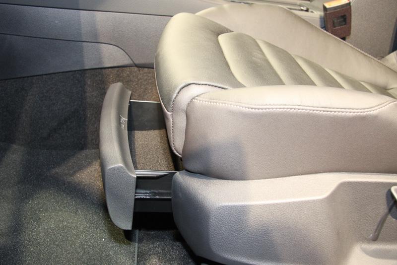 フロントシートの座面下に収納スペースを設置。突然の雨に備える折りたたみ傘や窓ふき用のウエスなどを収納するスペースなどに活用できる