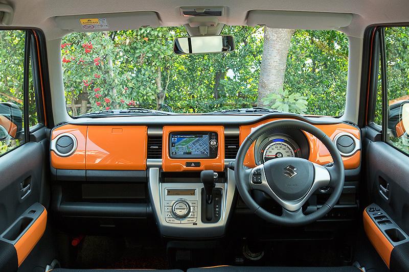 パッションオレンジのボディーカラー選択時のみ内装色も同色に。他カラーではインパネはホワイトになる