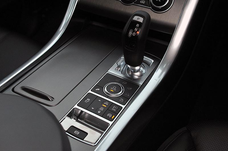 レンジローバー・スポーツ SEのインテリア。ブラックカラーを基調とし、ソフトタッチのレザーシートやメタルフィニッシャーなどにより高級感のある仕上がり。撮影車は5名乗車仕様だが、オプションで3列シート仕様を選択することもできる