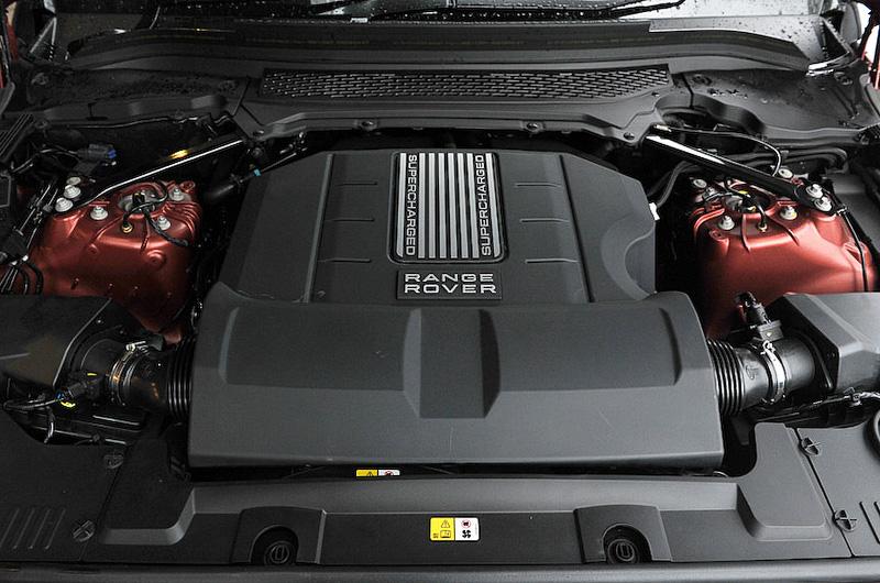 スーパーチャージャー付きV型8気筒DOHC 5.0リッターエンジンは最高出力375kW(510PS)/6500rpm、最大トルク625Nm(63.8kgm)/2500rpmを発生。JC08モード燃費は7.3km/L