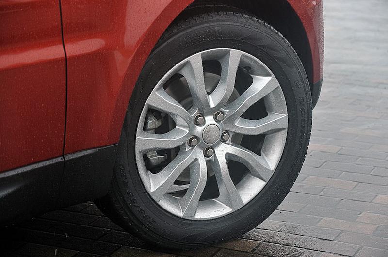 レンジローバー・スポーツ SE。ボディーサイズはSE、HSE、Autobiography Dynamicともに4855×1985×1800mm(全長×全幅×全高)、ホイールベース2920mm。8速ATを介して4輪を駆動する。従来型よりも60mm長く、55mm幅広くなるとともに、ホイールベースも140mm延長した。SEは19インチアルミホイール(7.5J×19。タイヤサイズ:235/65 R19)を標準装備
