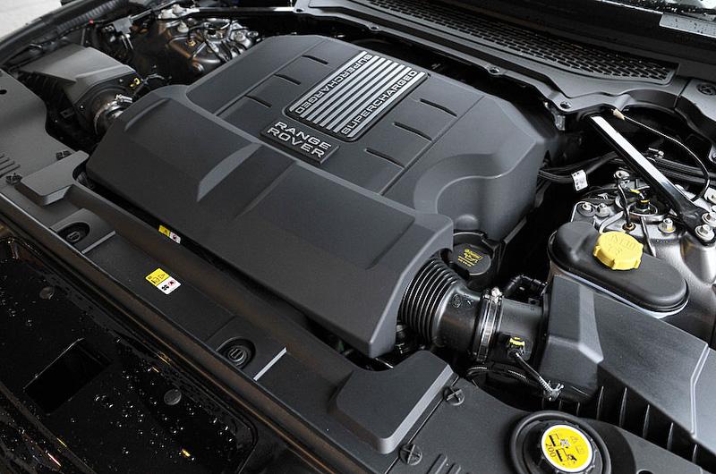 最高出力250kW(340PS)/6500rpm、最大トルク450Nm(45.0kgm)/3500rpmを発生するスーパーチャージャー付きV型6気筒DOHC 3.0リッターエンジン。JC08モード燃費は8.4km/L