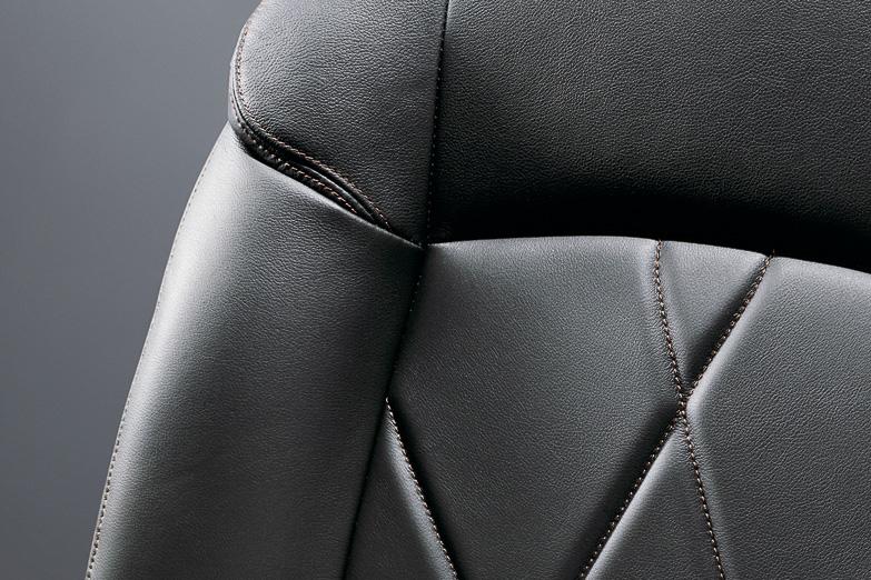 350/250ハイウェイスター プレミアムには座面、シートバックにダイヤ型キルティング加工を施したブラックメタリックレザーシートを装着