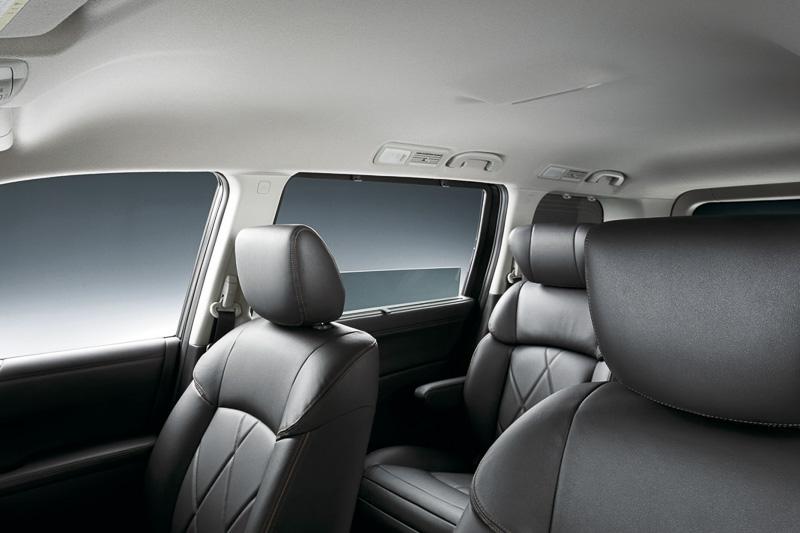 ルーフトリムをえぐるように形状変更して室内高を高め、車内で移動しやすいよう改良している