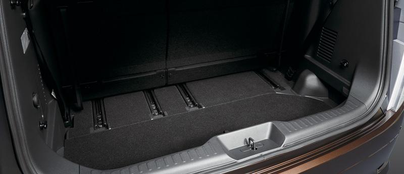 フロア面に合わせたラゲッジボードを採用。ボードを開けてアンダーボックスを利用すればA型ベビーカーなど高さのある荷物を収納できる