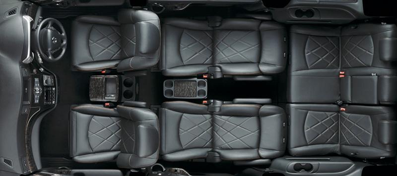 新しいシートアレンジ。3列目シートのシートバックをフラットな形状に変更して荷物を載せやすいようにしている