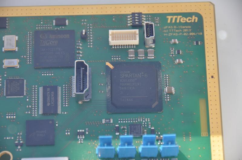 右上にTegra VCMのドーターボードがないため、コンパニオンチップを見ることができる。FPGAのXILINX Spartan-6は、メモリやPCI Expressの管理などいわゆるノースブリッジ的な機能を、BGAのinfinion TriCoreは、何らかのリアルタイム信号解析を提供していると思われる