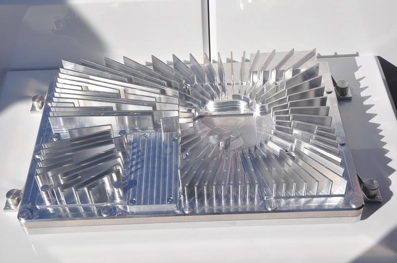 初代zFAS用のヒートシンク。中心より右側にファンが収まると思われる円形の空間が存在する。これは、熱発生の中心が右側にあることを示している