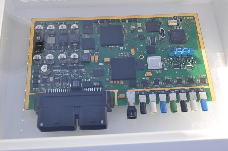 第2世代のzFAS。左下のインターフェースが整理され、各種センサー類からの信号を受け取ると思われる右下のコネクタの数も減っている。Tegra VCMを取り付けるコネクタが見当たらないが、おそらく右上のソケットからなんらかのブリッジで構成するのだろう。中央の半導体はカスタム品のようで、刻印がなかった