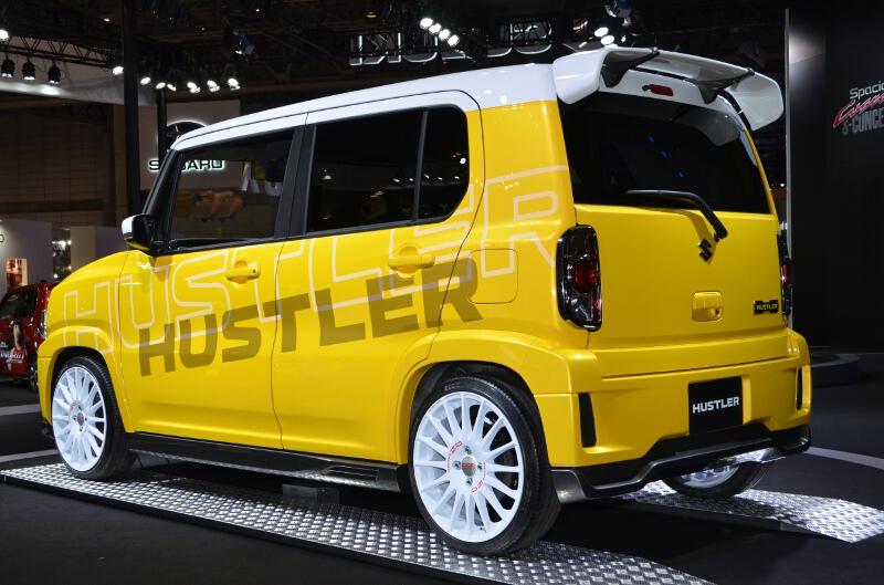 ハスラー カスタマイズ。通常モデルには用意されていないイエローのボディーカラーとボディー同色バンパーなどを組み合わせ、新たなイメージを提案している