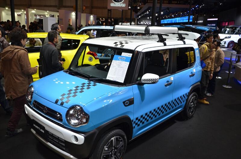 ハスラーにディーラーオプションを組み合わせた展示車。エクステリアではチェッカー柄のステッカーやルーフキャリア、インテリアではロッド類や各種ネットなど多数のアクセサリーを装着している