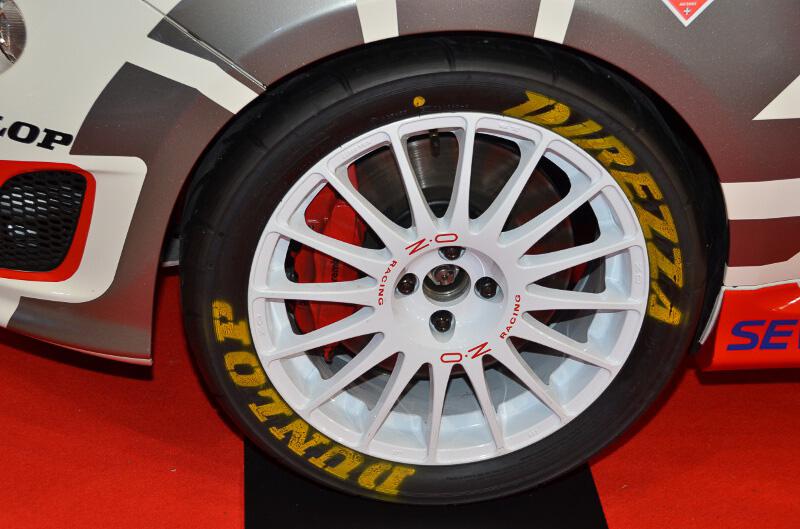 展示されたアバルト 500 ラリー R3T。実際に参戦する車両だが、イタリアから届いてからほとんど走行していないため新車状態