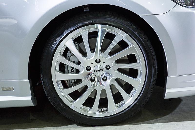 タイヤはフロント225/40R19、リアは255/35R19。ホイールはTOM'SのVP-7