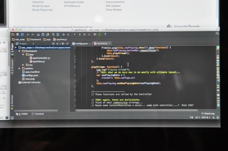 統合開発環境のエディタでJavaScriptのソースを表示しているところ。関数やコメントが色分けされ、プログラム構造化の要素であるネストの深さが視覚的に表されている