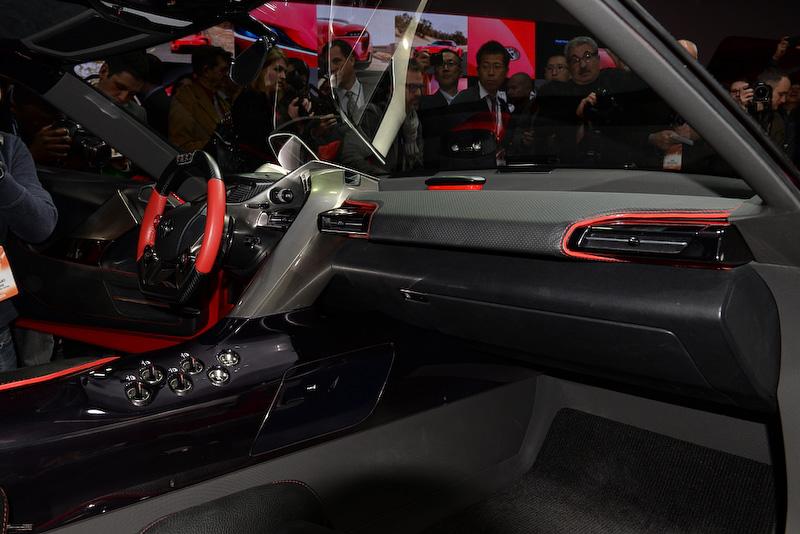 ヘッドアップディスプレイを備えたメーターまわり。カーボンステアリングはスターターボタンがパッド上にあるほか、ステアリングのトップ部分にも表示を備える。ペダル類はオルガン式。センタートンネル部分には各ドアウインドーの開閉スイッチなどが並ぶ