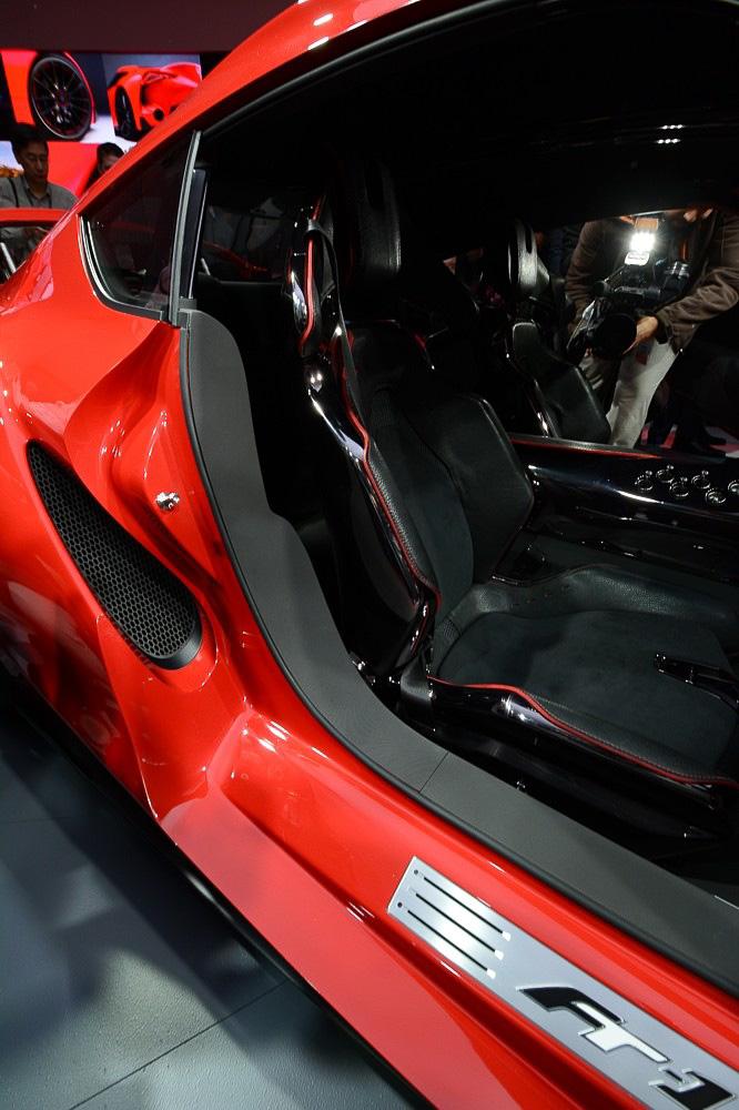内装はコンセプトカー然とした、デザインを重視しただけの実用性に欠けるものとは異なり、しっかりした作り込みが行われている