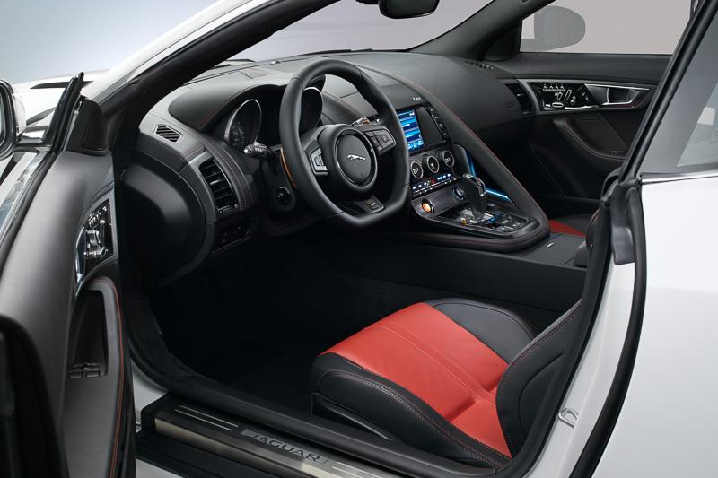 助手席側にピラーを設定する特徴的なインテリア。8速ATのトランスミッションはステアリングに装着されたパドルシフトでのギア操作も可能
