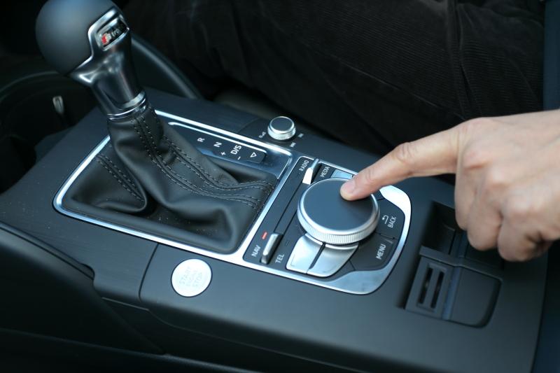 新MMIシステム。タッチ操作に対応したほか、ボタンを減らすことでより快適な操作を実現している
