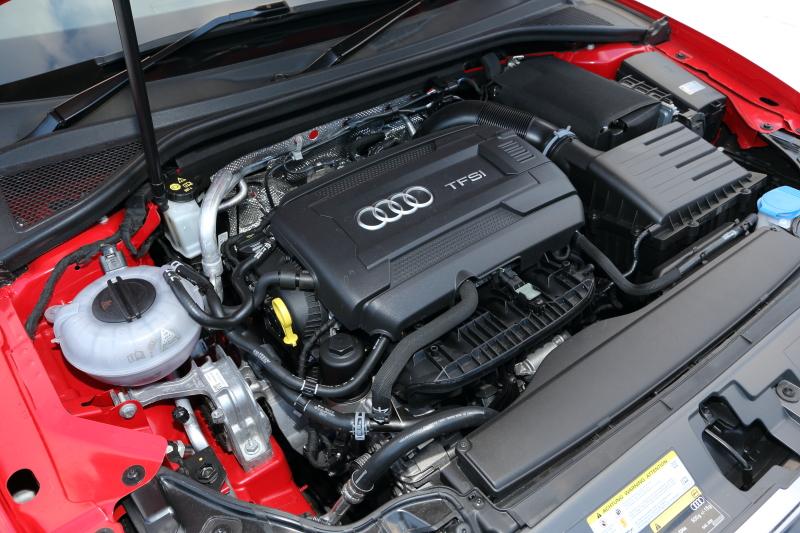 直列4気筒 DOHC 1.8リッター直噴ターボのCJSエンジン。最高出力は132kW(180PS)/4500-6200rpm、最大トルクは280Nm(28.6kgm)/1350-4500rpm。JC08モード燃費は14.8km/L