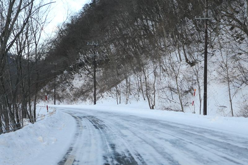 凍結路面や積雪路面、ドライ路面などさまざまに変化する路面を走行した