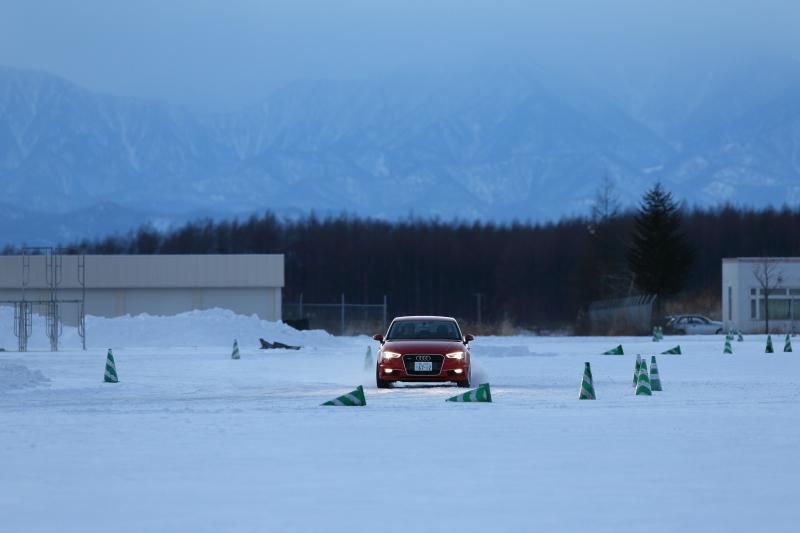 十勝スピードウェイの特設コースで、クワトロシステムの走破力を存分に試す