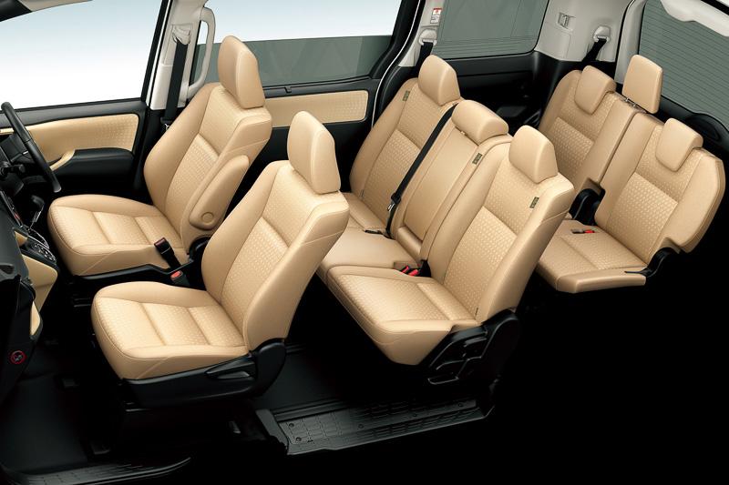 8人乗り仕様でシート表皮は幾何学模様と顔料ペイントを使うファブリック(ハイグレード)