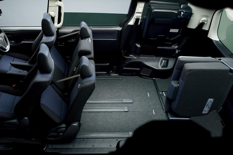 セカンドシートをチップアップして前方にスライドさせ、サードシートを跳ね上げ格納した「ビッグラゲージモード」