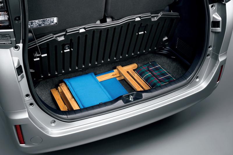 ラゲッジの床下収納スペースはガソリンモデルで134L。補機バッテリーを右脇に搭載するハイブリッドモデルは111Lとなる。デッキボードはガソリンモデルが一体型、ハイブリッドモデルは6:4分割型