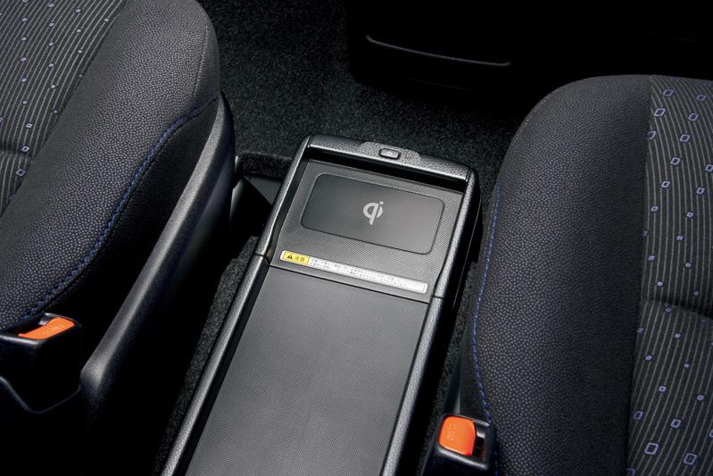 フロントシート間のセンターコンソールトレイに「おくだけ充電」を設定。ハイブリッド専用装備となっている