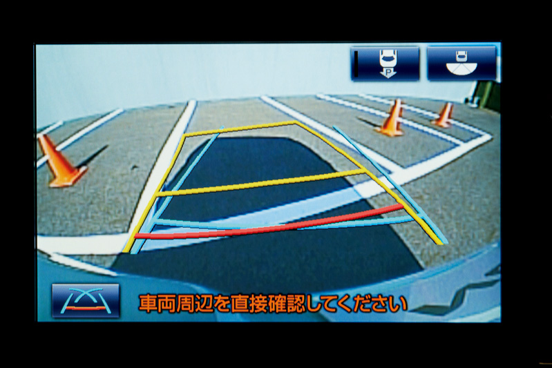 ヴォクシーのZS/V/X、ノアのSi/G/Xにオプション設定される8型ワイドディスプレイのSDナビゲーションシステム。駐車時にステアリングを自動操作してくれる「インテリジェントパーキングアシスト」はノーマルモード(画角 約130°)とワイドモード(画角 約180°)を選択できる