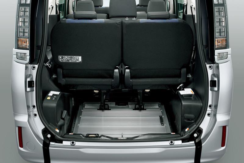 スロープを前方に倒してサードシートも使用可能。車両重量が増えるなどの変更点はあるものの、ベースとなる車両とそれほど使い勝手に差もなく、導入しやすいよう工夫されている