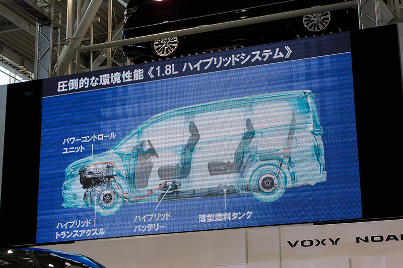 ハイブリッド車のバッテリーは低床化と薄型燃料タンクによりフロントシート下への配置を実現
