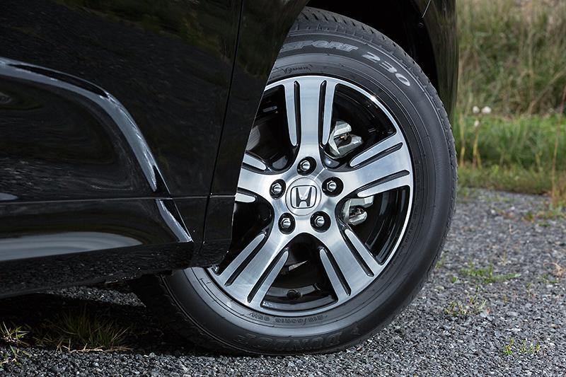 オデッセイは全車215/60 R16タイヤを装着。G EXは6.5Jのアルミホイールを標準装備。ほかのグレードではスチールホイールにフルホイールキャップを備える