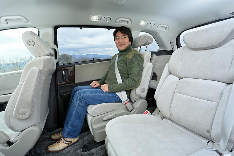 7人乗り仕様に装着する「2列目プレミアムクレードルシート」。オットマン、角度調節式両側アームレスト付なども備えている