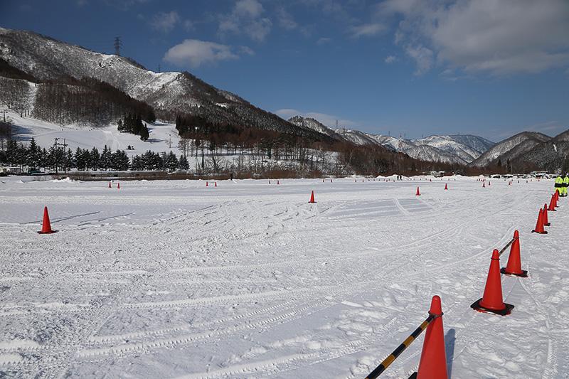 苗場スキー場駐車場に設置された特設コース