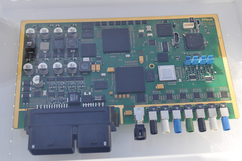 アウディの自動運転制御モジュール「zFAS」。Tegra K1 VCMは、右上の個所に搭載されるようだ。下側に並ぶのが、クルマとのインターフェース