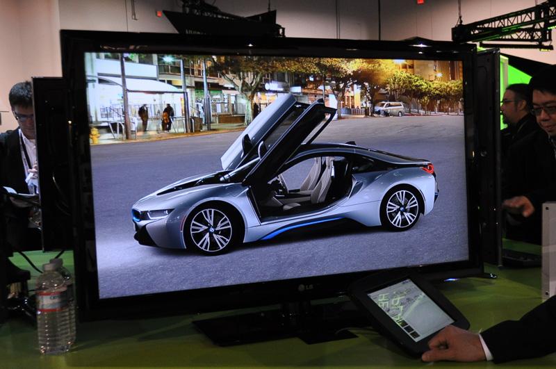 BMW i8はデジタルカタログの展示。下に見えるタブレット端末でクルマの仕様変更ができ、その結果がディスプレイに反映される。こちらは物理シミュレーションなどを行わず描画されている