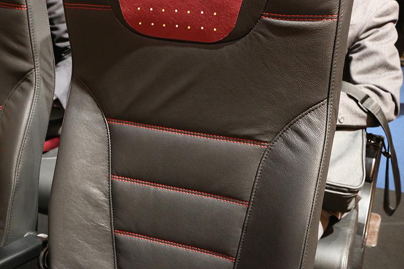 新しいシートではブラックの本革を使い、ヘッドレストやシートベルト、ステッチなどを赤にしてアクセントを効かせている