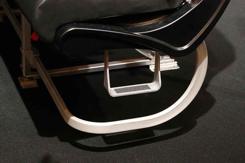 通路側のシートには足を掛けられるステップを追加。背伸びをしなくても座席上の収納棚から荷物を出し入れできるようになる
