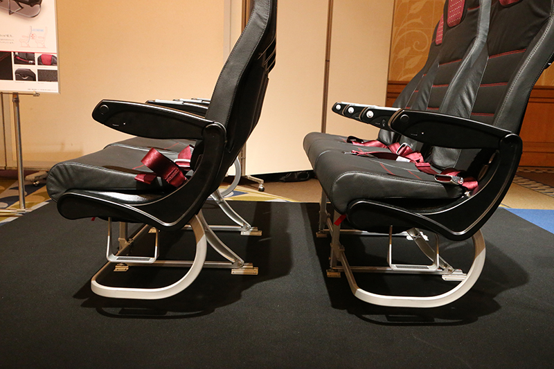 普通席の新旧比較。左が新仕様、右が従来品。座席ピッチ自体は変わっていないが、シートを薄型化してスペースを確保。薄型になってはいるが、座り心地がわるくなったという印象もない