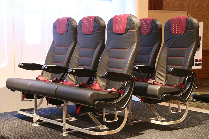 5cmスリム化され前後スペースが拡大した普通席