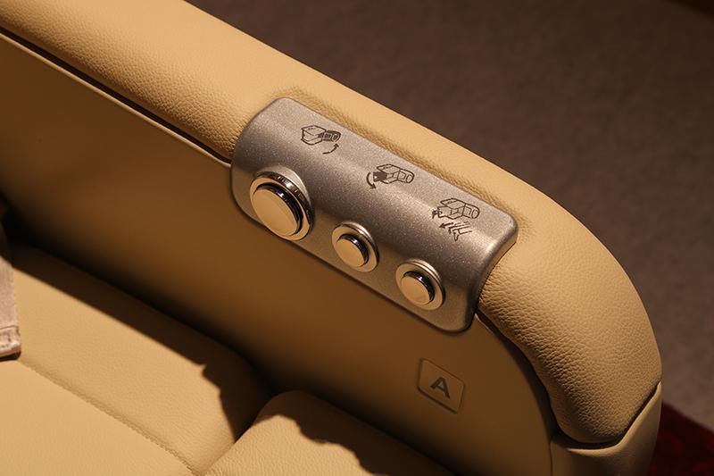 リクライニング用のボタン。ヘッドレストやオットマンも電動可動となる