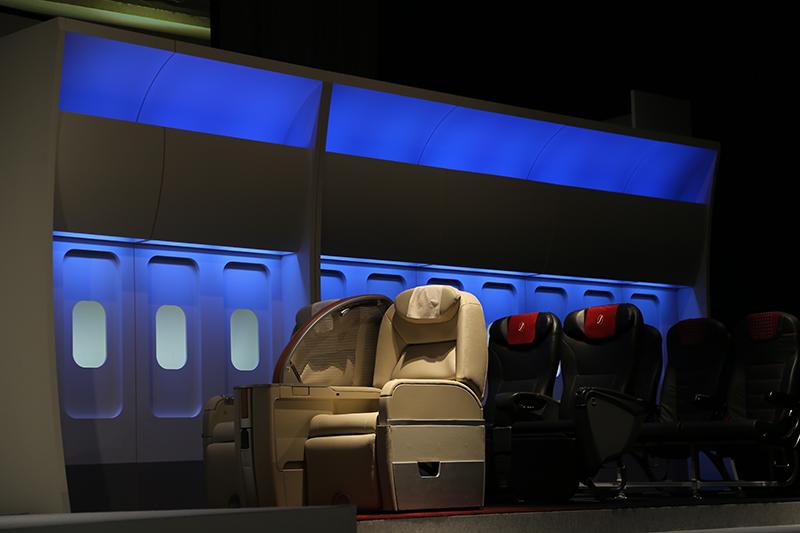 機内照明がLED化され、色によって季節や時間経過を表現。青は飛行中の空の青を、桜色の照明は春先の乗客搭乗時に使われる照明