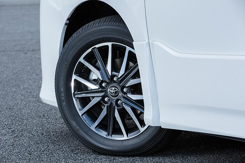 タイヤサイズは205/60 R16となり、専用アルミホイールも装備