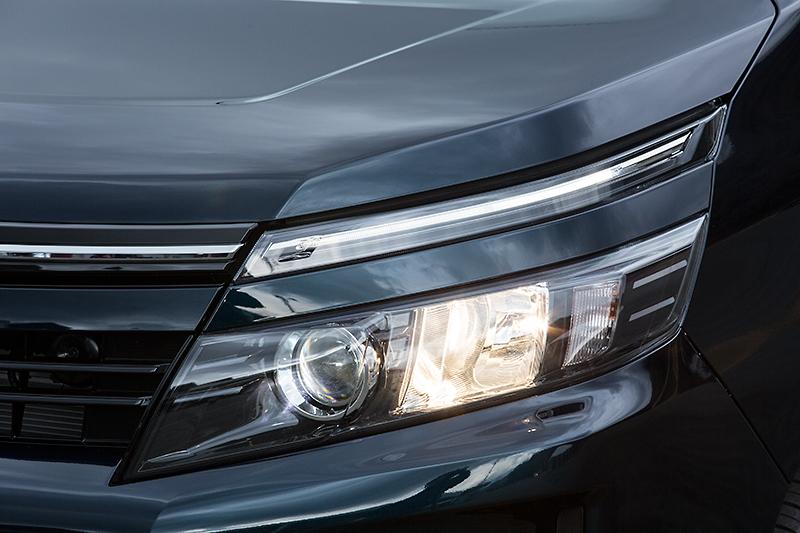 ヘッドライトの点灯パターン。ポジションとロービームにはLEDを採用
