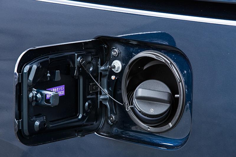 フューエルリッドはボディー左側に設置。ガソリンはすべてレギュラー仕様で、タンク容量もガソリンエンジン車、ハイブリッド車共通で55L