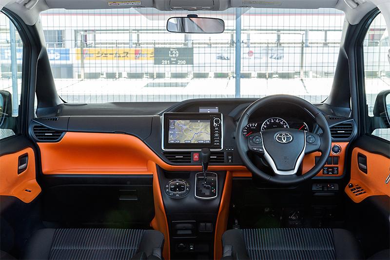 ノアのアイボリーに対し、ヴォクシーのZSグレードはオレンジ&ブラックのインテリアカラーを採用。造形は同じだが、印象は大きく異なる