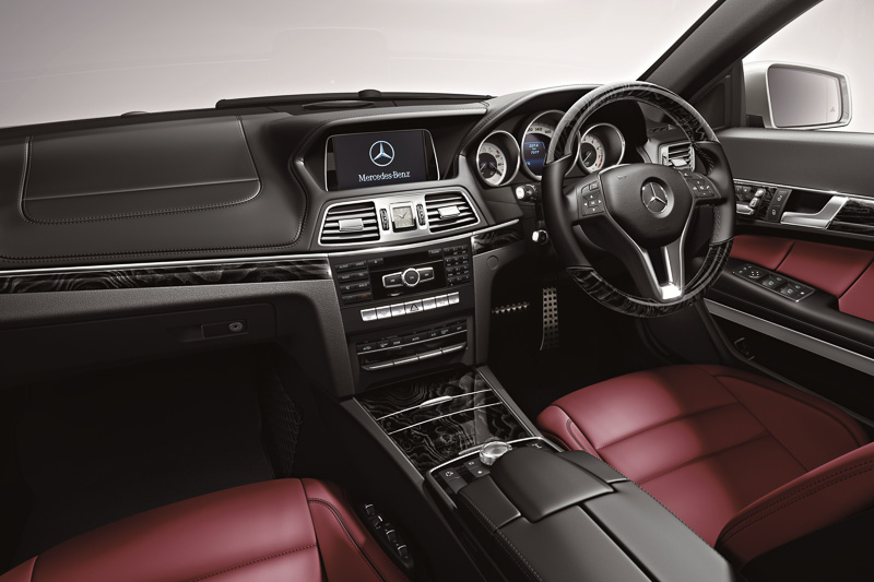 ポーラーホワイトの外装色と組み合わされるベンガルレッドのインテリア。純正HDDナビには4つのカメラで車両周辺の状況を確認できる「360°カメラシステム」の映像を表示可能