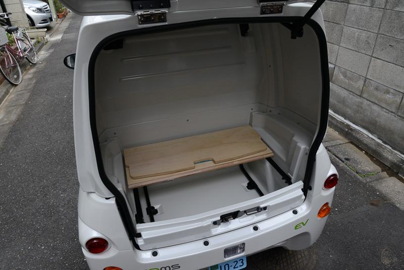見せてもらったのはコムス B-COM デリバリー。なのでリアにボックスが用意されている。ボックス内部、底面の仕切り板は木製だ!